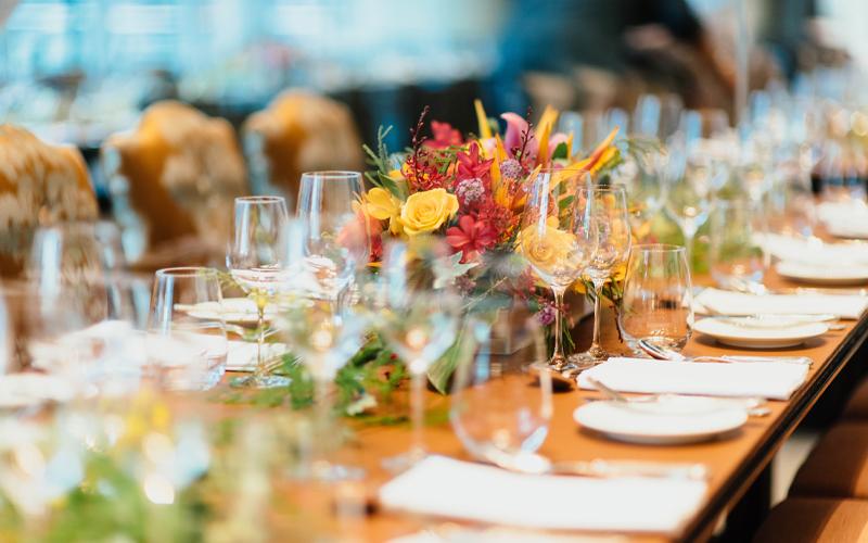Τραπέζι με ανθοδέσμες